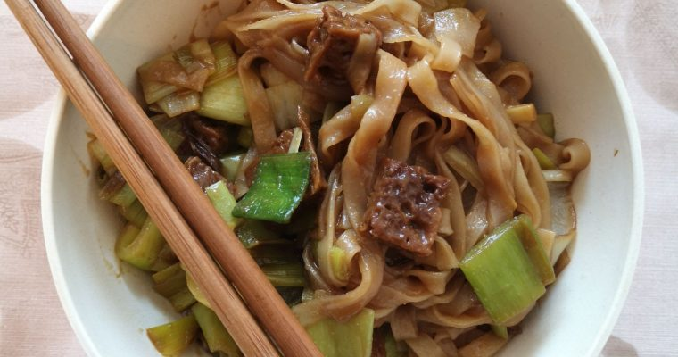 Rice noodles with leek and seitan (Mongolian noodles)